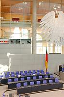 25 SEP 2003, BERLIN/GERMANY:<br /> Leere Regierungsbank mit Fahne und Bundesadler, vor Beginn der Bundestagsdebatte zu den Ergebnissen der Europäischen Bildungsministerkonferenz, Plenum, Deutscher Bundestag<br /> IMAGE: 20030925-01-001