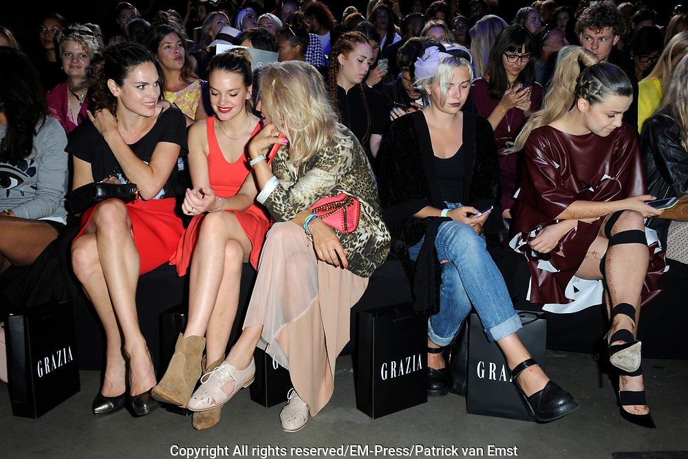 Amsterdam Fashion Week  zomer 2014 - catwalk Marga Weimans in de Gashouder, Amsterdam.<br /> <br /> Op de foto:   Front Row met Victoria Koblenko , Anna Drijver en Carolien Spoor