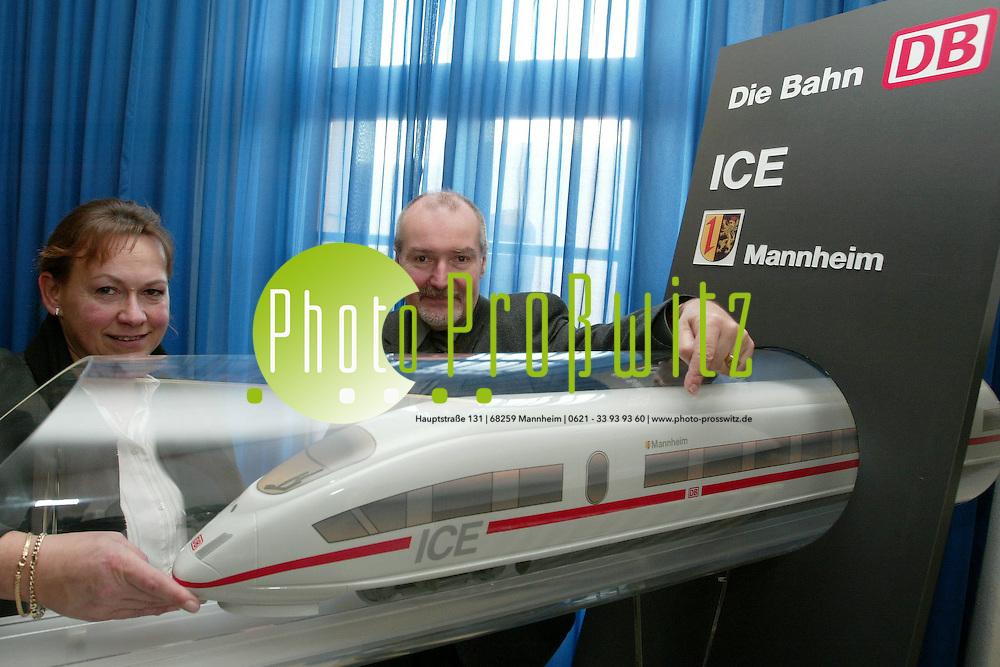 Mannheim. Rathaus. ICE Modell. Deutsche Bahn AG. benamt neuen ICE nach der Stadt Mannheim<br /> <br /> Bild: Markus Pro&szlig;witz