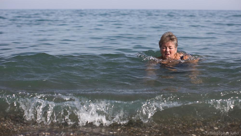 Amma Arndís í sjónum við sröndina á Costa Del Sol.