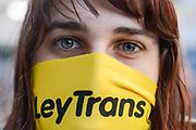 Santiago Mazzarovich/ URUGUAY/ MONTEVIDEO/ La Campa&ntilde;a Nacional por la Ley Integral para Personas Trans, realiz&oacute; una entrega de pa&ntilde;uelos reivindicando la aprobaci&oacute;n de la ley para personas trans que est&aacute; en debate en el parlamento.<br /> <br /> En la foto: Entrega de pa&ntilde;uelos de la Campa&ntilde;a Nacional por la Ley Integral para Personas Trans, en el Callej&oacute;n de la Universidad. Foto: Santiago Mazzarovich / adhocFOTOS