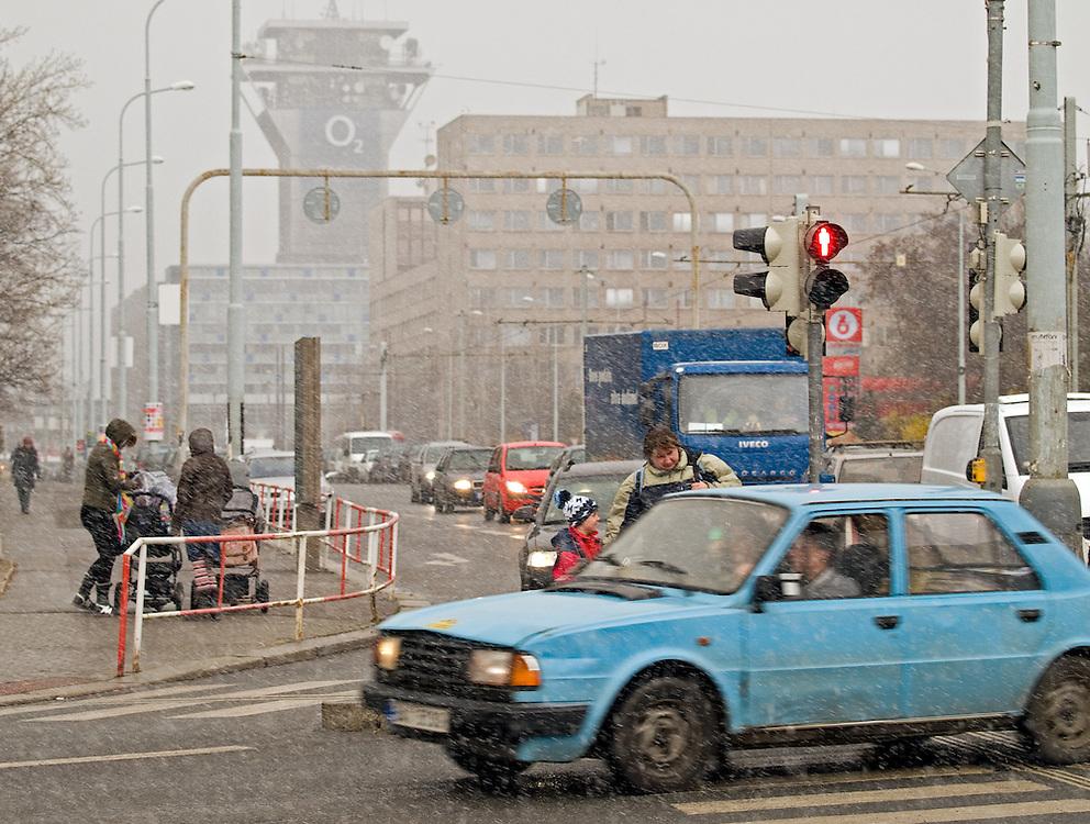 Pl&ouml;tzliches Schneetreiben an einem M&auml;rztag in Prag-Zizkov. <br /> <br /> Suddenly snowing on a March day in the Prague quater Zizkov.