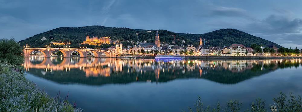 Heidelberger Schloss und Neckar zum Einbruch der Nacht