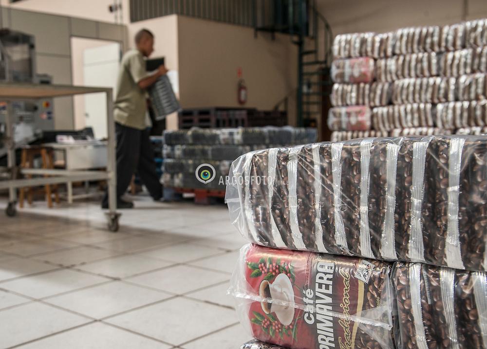 Sacas de cafe, fazenda Boa Esperanca em Braganca Paulista. // Bags of coffee, farm Boa Esperanca in Braganca Paulista. Foto: Paulo Fridman/Argosfoto. Braganca Paulista, SP - Brazil - 2013