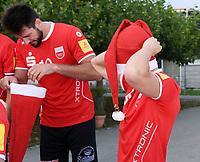 Volleyball 1. Bundesliga  Saison 2017/2018 Media Day Fotoshooting  TV Rottenburg  08.09.2017 Dirk Mehlberg  (re) und Ferenc Nemeth versuchen sich einen Nikolausmuetze aufzuziehen