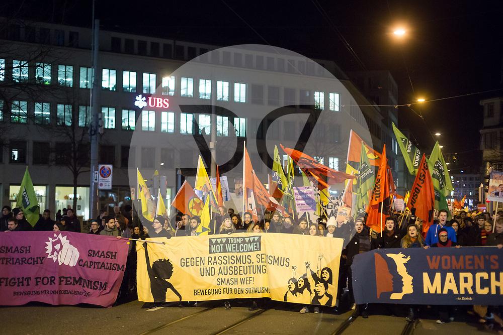 SCHWEIZ - ZÜRICH - Demo 'Trump not welcome!' organisiert von Bewegung für den Sozialismus BFS und BFS Jugend Zürich; hier das Transparent 'Fight for Feminism', 'Gegen Rassismus, Sexismus und Ausbeutung! Smash WEF!' und 'Woman's March' auf dem Pelikanplatz vor der UBS - 23. Januar 2018 © Raphael Hünerfauth - http://huenerfauth.ch