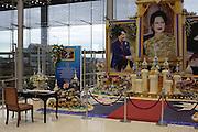 Dans le hall de l'aéroport de Bangkok un autel souhaite longue vie à la reine Sirikit et un livre d'or permet à ceux qui le désirent de livrer leurs souhaits à la Reine ....