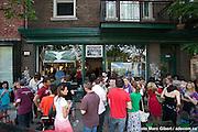 Soirée de vernissage de l'expovente des créateurs présents : Isabelle Biessy et Karen Lavertue, designer de vêtements - Pépita Luz de la Strada, création de vêtements recyclés - Lucie Bélanger, créatrice d'objets faits de disques vinyle - Maude Lapierre, joaillerie-objet - Marc Gibert, photographe et Isabelle Claire Murphy, mosaïste.    -  l'Atelier 563 de Bienville / Montreal / Canada / 2011-06-05, Photo : © Marc Gibert/ adecom.ca