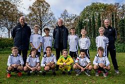 14-10-2017 NED: Selectie 2017-2018 vv Maarssen O11-1, Maarssen<br /> Fotoshoot de jeugd O11-1 van vv Maarssen / Teamfoto met begeleiding