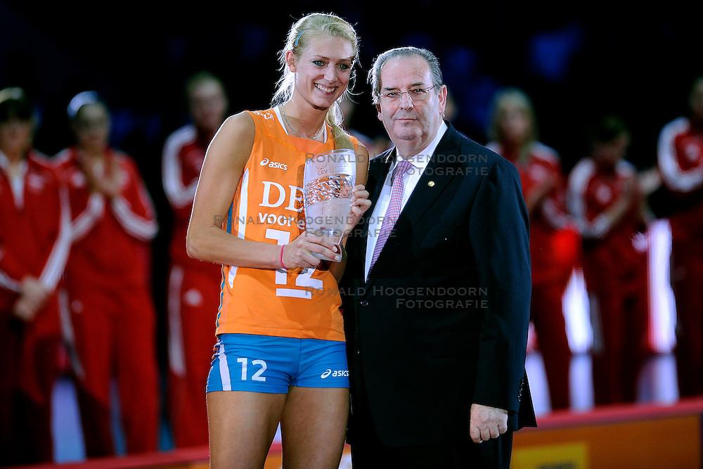 04-10-2009 VOLLEYBAL: FINALE EUROPEES KAMPIOENSCHAP NEDERLAND - ITALIE: LODZ <br /> De Nederlandse volleybalvrouwen zijn er niet in geslaagd om het goud te pakken. Italie was met 3-0 te sterk / Andre Meijer en Manon Flier MVP<br /> &copy;2009-WWW.FOTOHOOGENDOORN.NL
