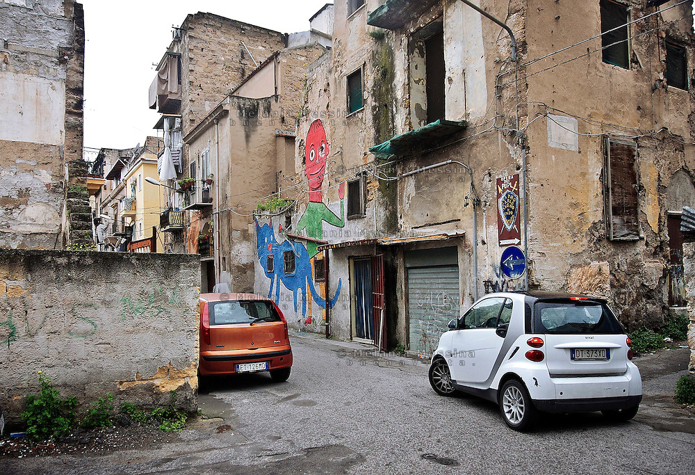 Palermo, quartiere Borgo vecchio, periferia degradata nel cuore della citt&agrave;, murales dipinti su ispirazione dei disegni dei bambini.<br />