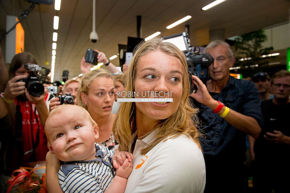 SCHIPHOL - Dafne Schippers is welcomed by her nephew Julian at Schiphol Airport after the athletics World Championships in Beijing. Schippers won a gold medal in the 200 meters.COPYRIGHT ROBIN UTRECHT  SCHIPHOL - Dafne Schippers wordt welkom geheten door haar neefje Julian op Schiphol na het WK atletiek in Peking. Schippers won een gouden medaille op de 200 meter. COPYRIGHT ROBIN UTRECHT