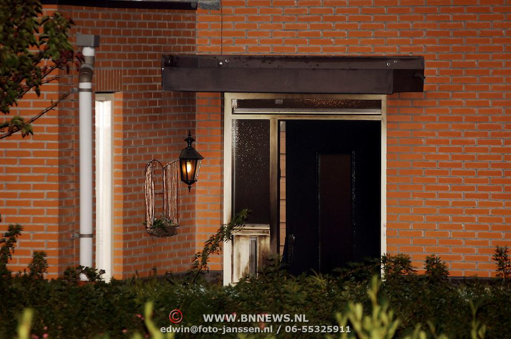 NLD/Amsterdam/20051109 - Brandbom aanslag op de woning van burgemeester Jos Verdier gemeente Huizen, voordeur, brandsporen, geblakerde deur