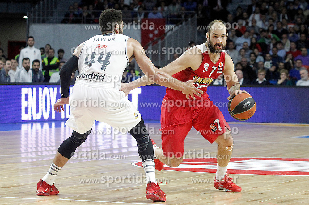 28.01.2016, Palacio de los Deportes, Madrid, ESP, FIBA, EL, Real Madrid vs Olympiacos PiraeusPlayoff, 5. Spiel, im Bild Real Madrid's Jeffery Taylor (l) and Olympimpiacos Piraeus' Vassilis Spanoulis // during the 5th Playoff match of the Turkish Airlines Basketball Euroleague between Real Madrid and Olympiacos Piraeus at the Palacio de los Deportes in Madrid, Spain on 2016/01/28. EXPA Pictures &copy; 2016, PhotoCredit: EXPA/ Alterphotos/ Acero<br /> <br /> *****ATTENTION - OUT of ESP, SUI*****