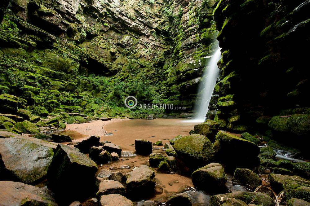 """Cachoeira Buraco do Padre, Parque Estadual de Vila Velha.   / """"Buraco do Padre"""" waterfalls."""