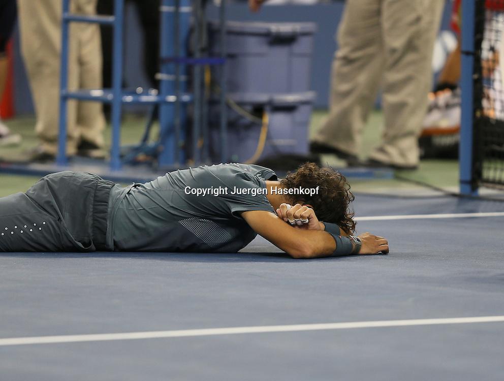 US Open 2013, USTA Billie Jean King National Tennis Center, Flushing Meadows, New York,<br /> ITF Grand Slam Tennis Tournament,Herren Endspiel,Finale, Rafael Nadal (ESP) liegt weinend auf dem Boden nach seinem Sieg,Jubel,Freude,Emotion,<br /> Halbkoerper,Querformat