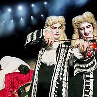 Nederland,Amsterdam ,10 juni 2008.DE MONSTRUOS Y PRODIGIOS van theater groep Theatro de Ciertos Habitantes.De Monstruos y Prodigios ('Over monsters en wonderen') is een tragisch en grotesk verhaal over de opkomst, roem en ondergang van castraten. Regisseur Claudio Valdés Kuri verdiepte zich in deze geschiedenis naar aanleiding van zijn deelname aan het vocale barokkwartet Ars Nova, waarin hij baspartijen zingt. Ars Nova is gespecialiseerd in de Mexicaanse koloniale muziek van de zestiende, zeventiende en begin achttiende eeuw..Het theaterstuk Monstruos y Prodigios wordt verteld door een Siamese tweeling: Jean Paré, chirurg-barbier, en Ambroise, operacriticus..The theater Monstruos y Prodigios is told by a Siamese twin: Jean Pare, surgeon-barber, and Ambroise, opera critic.