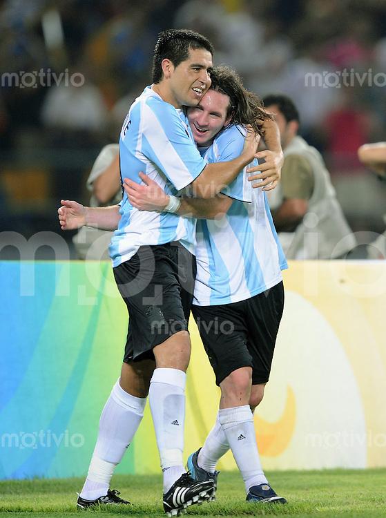 Olympia 2008  Peking  Fussball Halbfinale  Maenner 19.08.2008 Argentinien - Brasilien JUBEL ARG, Lionel Messi (re) umarmt Juan Riquelme
