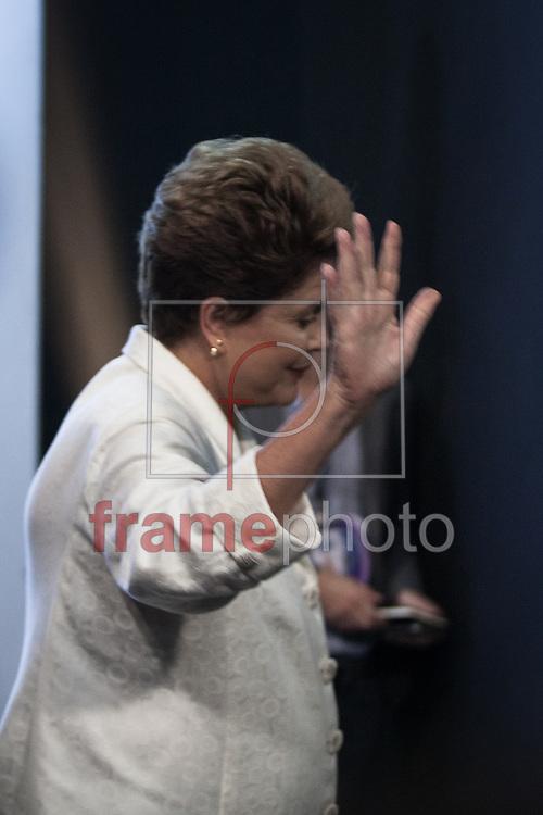São Paulo, SP - 19/10/2014 - A candidata Dilma Rousseff antes do debate entre candidatos à Presidência da República, realizado pela TV Record, na noite de hoje (19/10), na Barra Funda, capital paulista. Foto: Rodrigo Dionisio/Frame