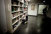 PISA. UNA STUDENTESSA CONSULTA UN LIBRO NELLA BIBLIOTECA DI FILOSOFIA E STORIA DELL'UNIVERSITA' DI PISA