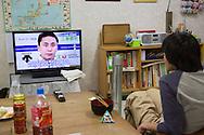 En person ser på tv i vardagsrummet hos New Start. New Start är en organisation i Japan som hjälper personer med en hikikomoriproblematik, dvs en social isolering.