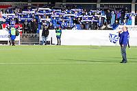 1. divisjon fotball 2015: Hødd - Fredrikstad.  Supportere i Blåsarane hever skjerfene under syngingen av Hødd-hymna før førstedivisjonskampen mellom Hødd og Fredrikstad på Høddvoll.