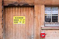 SCHWEIZ - HABKERN - Öffnungszeiten an der Türe einer Käserei - 07. September 2018 © Raphael Hünerfauth - http://huenerfauth.ch