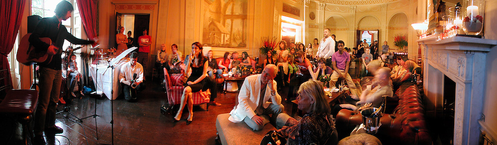 Bobby Gillespie performing in front of audience including Bella Freud, Anita Pallenberg etc. Celebrity Tea dance, hosted by the Tea Council, Home House. 14 September 2003. © Copyright Photograph by Dafydd Jones 66 Stockwell Park Rd. London SW9 0DA Tel 020 7733 0108 www.dafjones.com