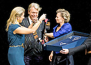 1-12-2014 AMSTERDAM - Queen Máxima gives Monday December 1st in Amsterdam Theatre Prince Bernhard Culture Price 2014 to theater director Johan Simons. COPYRIGHT ROBIN UTRECHT