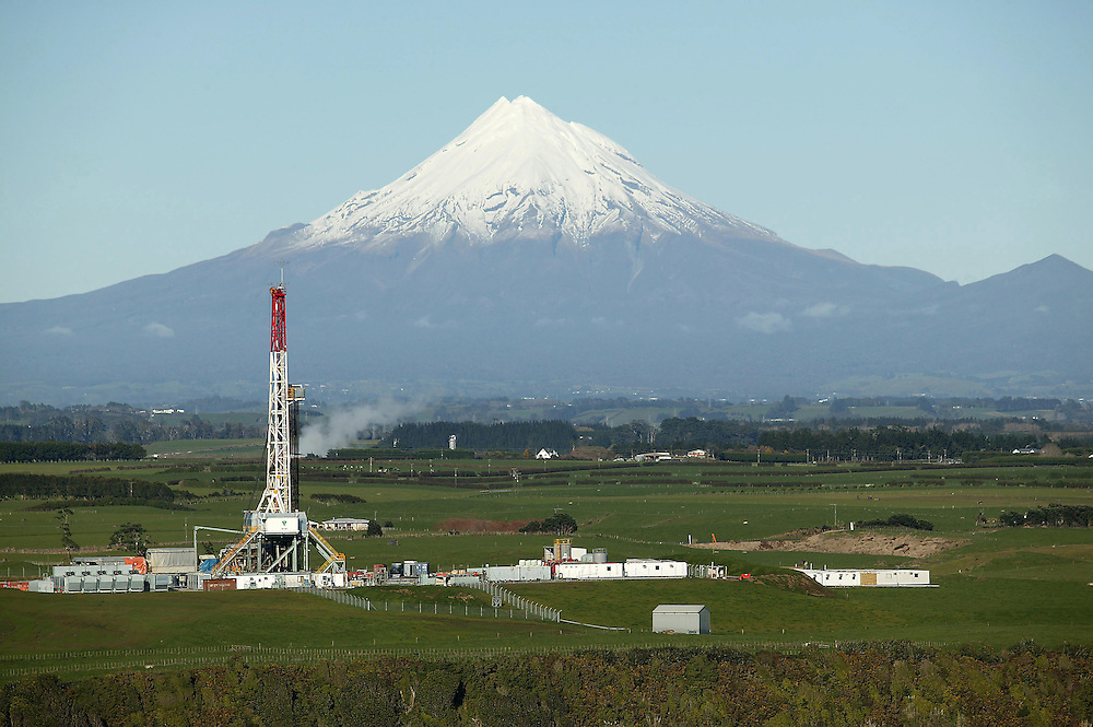 A drilling rig leased to Shell Todd Oil Services drilling for gas in the early stages of the Pohokura oil and gas field development at Motonui, North Taranaki, July 06, 2007. The field was commissioned in November 2006. Credit:SNPA / Rob Tucker