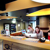 Nederland, Amsterdam , 29 april 2015.<br /> Meininger Hotel Amsterdam City West (Sloterdijk, pal rechts naast het station)<br /> Meininger Hotel Amsterdam City West ligt naast het treinstation Amsterdam Sloterdijk en biedt moderne kamers met een flatscreen-tv en gratis WiFi. Het hotel heeft een bar, een gemeenschappelijke keuken en een ruime lobby ingericht met traditionele Nederlandse kunst.<br /> Foto:Jean-Pierre Jans