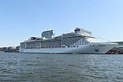 De MSC Splendida, het vlaggenschip van MSC Cruises, na haar aankomst bij de Passenger Terminal Amsterdam. Het is het grootste cruiseschip van de rederij en tevens het grootste cruiseschip dat ooit is aangemeerd in Amsterdam.