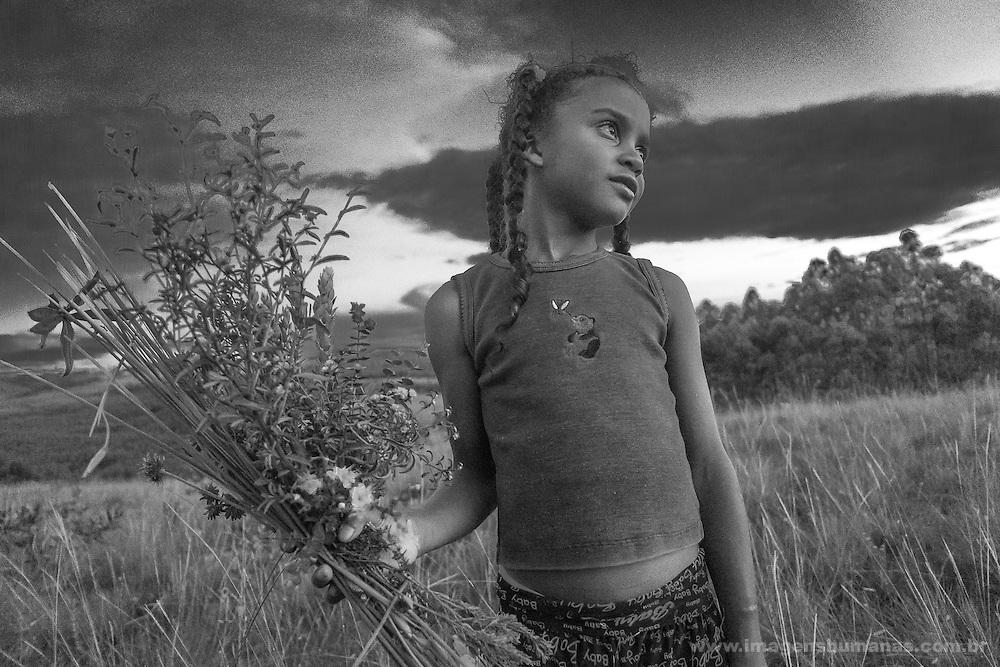 Popula&ccedil;&otilde;es Tradicionais de apanhadores de flores Sempre Vivas situada entre a Serra do Espinha&ccedil;o e a Serra do Cip&oacute;<br /> Popula&ccedil;&atilde;o de Raiz no munic&iacute;pio de Presidente Kubitschec vive da colheita de flores sempre viva em especial do capim dourado e do artesanato do capim dourado. S&atilde;o tamb&eacute;m agricultores e quilombolas reivindicando o reconhecimento do territ&oacute;rio. Est&atilde;o pressionados pela presen&ccedil;a de grilagem de eucaliptos que chegam as cercanias da comunidade<br />  popula&ccedil;&atilde;o tradicional, Minas Gerais, BRASIL, Diamantina, Serra do Espinha&ccedil;o, apanhadores de Sempre Vivas, colhedores de Sempre Vivas, catadores de Sempre Vivas, coletores de Sempre Vivas, comunidades tradicionais, povos, comunidade Raiz ,cerrado,Mata Atl&acirc;ntica,PARNA Sempre Vivas, Parque Nacional das Sempre Vivas, Imagens humanas, territ&oacute;rio, Cerra do Cip&oacute;