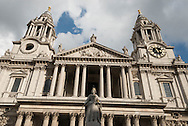 London. UK  Saint Paul cathedral reflection /  La cathedrale Saint Paul ,