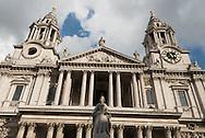 London. UK  Saint Paul cathedral reflection /  La cathedrale Saint Paul ,