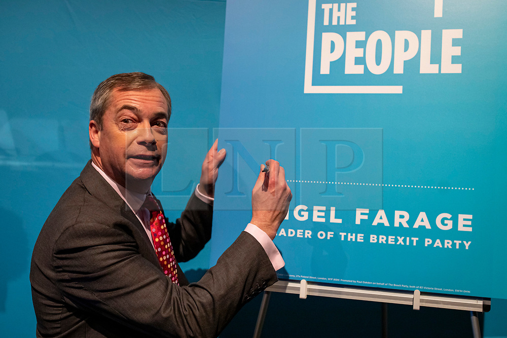 """© Licensed to London News Pictures. 22/11/2019. London, UK. Nigel Farage signs a """"Contract With The People"""" sign as he outlines the policies of The Brexit Party at a press event in Westminster. The Brexit Party is contesting a number of seats in the forthcoming general election. Photo credit: Rob Pinney/LNP"""