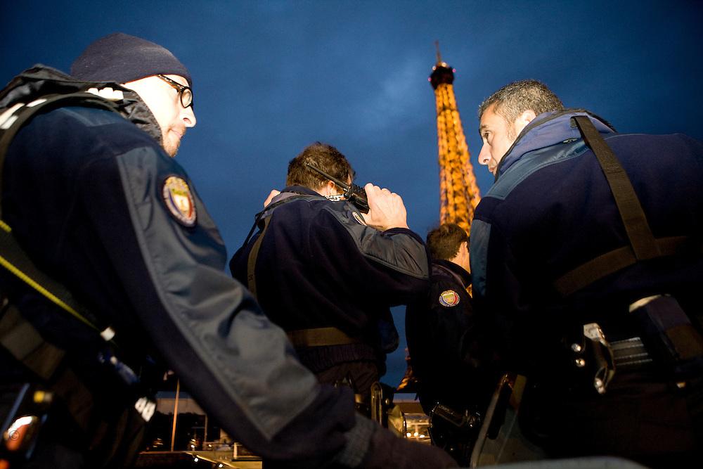 Paris, France. 5 Mai 2009..Brigade Fluviale de Paris...Paris, France. May 5th 2009..Paris fluvial squad...