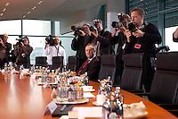 10 MAR 2004, BERLIN/GERMANY:<br /> Hans Eichel, SPD, Bundesfinanzminister, allein mit einigen Fotografen - am Kabinettstisch, vor Beginn der Kabinettsitzung, Bundeskanzleramt<br /> IMAGE: 20040310-01-002<br /> KEYWORDS: Kabinett, Sitzung, Fotograf, Fotojournalist,