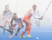 ARNHEM - Hockey. Maartje Paumen woensdag tijdens de oefeninterland in dichte mist tegen Zuid Afrika. FOTO KOEN SUYK