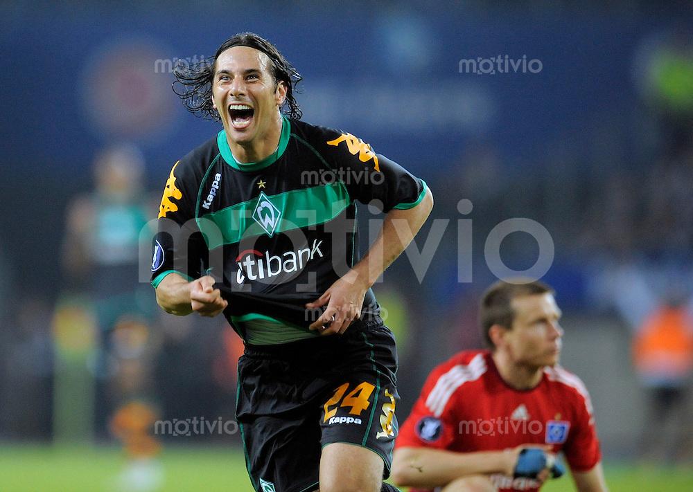 Fussball  International  UEFA Cup Halbfinale  2008/2009   07.05.2009  Hamburger SV - Werder Bremen  Claudio PIZARRO (Bremen) jubelt nach seinem Tor zum 2-1.