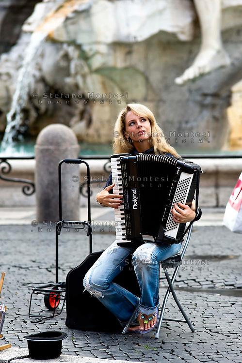 Roma 21 Agosto 2013<br /> Musicista di strada suona a Piazza Navona<br /> Street Musician Playing in Piazza Navona