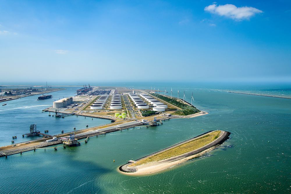 Nederland, Zuid-Holland, Rotterdam, 10-06-2015; Yangtzehaven met Maasvlakte Olie Terminal (MOT), links de drie tanks van Gate terminal. In de voorgrond Nijlhaven met Beereiland (Zeehondeneiland)<br />