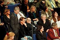 11 NOV 1999, BERLIN/GERMANY:<br /> Joschka Fischer, B90/Grüne, Bundesaußenminister, macht Faxen in den Reihen der bündnis-grünen BT-Fraktion während der Debatte zur ökologischen Steuerreform, Plenum, Deutscher Bundestag, Reichstag<br /> Joschka Fischer, Green Party, Fed. Minister for Foreign Affairs, is making fun between the members of the Green Parliamentary Group, plenary, German Bundestag<br /> IMAGE: 19991111-01/05-26