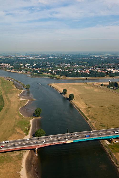Nederland, Zuid-Holland, Vianen, 08-07-2010; Hagesteinsebrug (A27) met uiterwaarden van de Lek. Op het tweede plan ingang van het het Lekkanaal  en Nieuwegein..Hagestein Bridge (A27) with floodplains of the Lek. Entrance of the Lek canal and Nieuwegein..luchtfoto (toeslag), aerial photo (additional fee required).foto/photo Siebe Swart