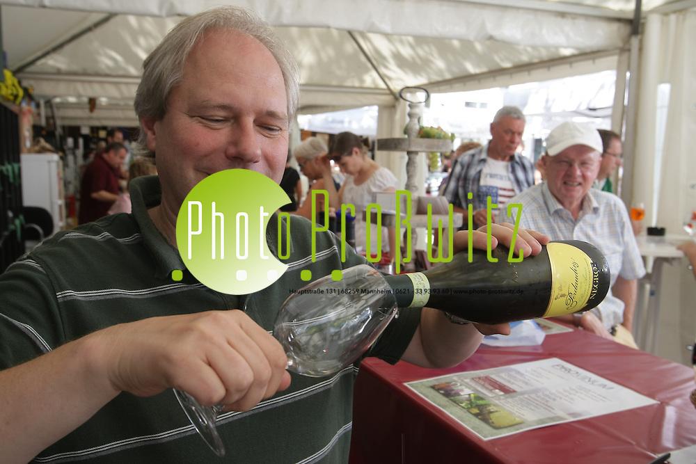 Mannheim. 03.09.2011. Kapuzinerplanken. Wein und Genuss. Ein kleines Weindorf mit edle Tropfen f&uuml;r Kennergaumen.<br /> <br /> <br /> Bild: Markus Pro&szlig;witz 03SEP11 / masterpress /