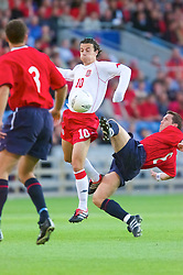 OSLO, NORWAY - Wednesday, September 5, 2001: Wales' Simon Davis and Norway's Oyvind Leonhardsen during the FIFA World Cup 2002 Qualifying Group 5 match at the Ullevaal Stadion. (Pic by David Rawcliffe/Propaganda)