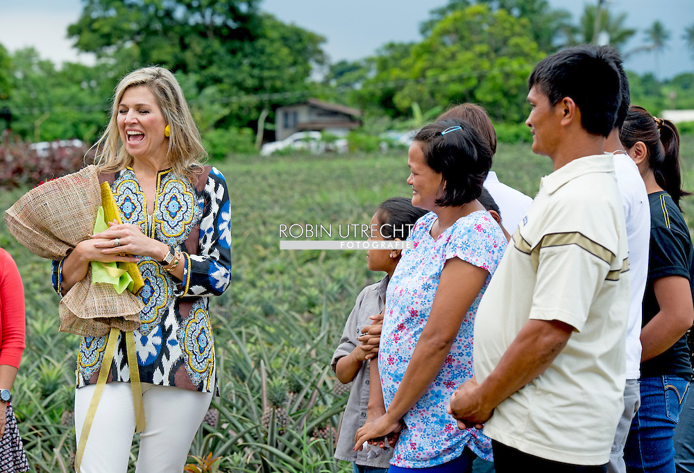 30-6-2015 Tagaytay - Queen Maxima  during a field visit to a pineapple field with the owner Melissa Garcia, and Card MBO': 'micro banking office';