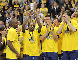 12.04.2015, Brose Arena, Bamberg, GER, Beko Basketball BL, Brose Baskets Bamberg vs EWE Baskets Oldenburg, Top Four 2015, Finale, im Bild Rickey Paulding ( EWE Baskets Oldenburg ) Julius Jenkins ( EWE Baskets Oldenburg ) mit dem Pokal // during the Beko Basketball Bundes league TOP FOUR 2015 final match between Brose Baskets Bamberg and EWE Baskets Oldenburg at the Brose Arena in Bamberg, Germany on 2015/04/12. EXPA Pictures © 2015, PhotoCredit: EXPA/ Eibner-Pressefoto/ Langer<br /> <br /> *****ATTENTION - OUT of GER*****