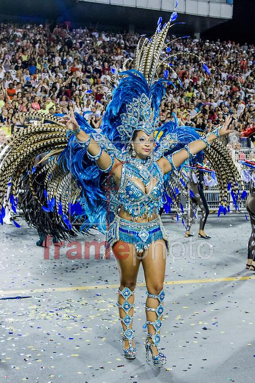 São Paulo, SP – 14/02/2015 – Desfile do GRCSES Unidos de Vila Maria, com o enredo Só os Diamantes São Eternos na Química Divina, abrindo o segundo dia de desfiles do Grupo Especial do Carnaval 2015, no Sambódromo do Anhembi, na noite de hoje (14/02). Foto: CARLA CARNIEL/FRAME