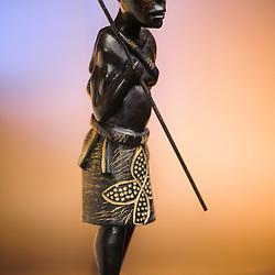 Caçador - peça de artesanato em madeira. Artesanato de Angola.